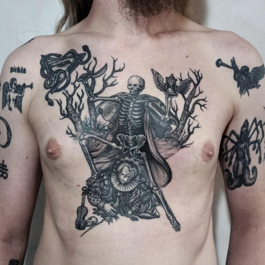 татуировка картина на груди от мастера Юли - ТатуКлубБай г. Минск.