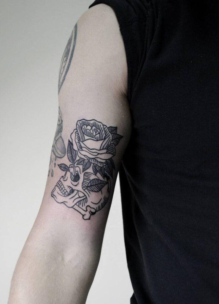 татуировка череп и роза от мастера Паши - ТатуКлубБай г. Минск.