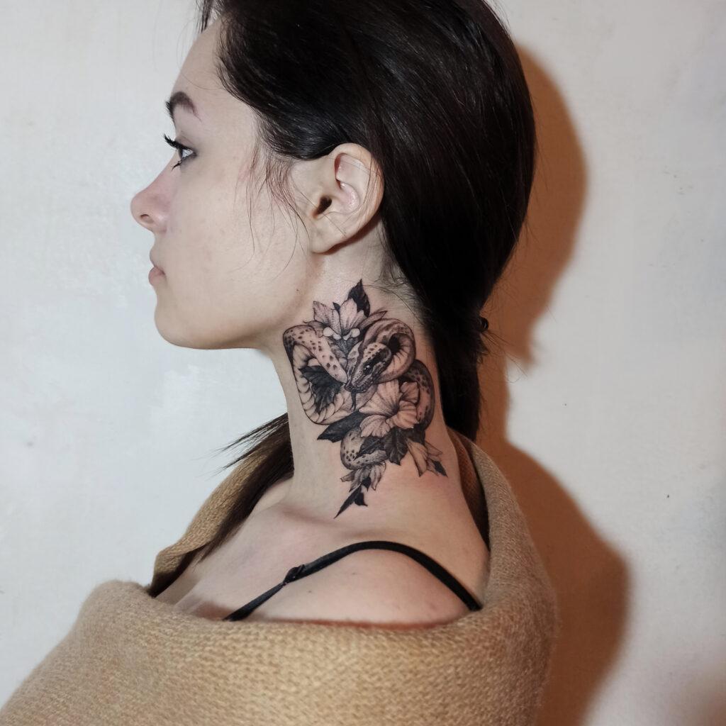 татуировка рисунок на шее от мастера Юли - ТатуКлубБай г. Минск.