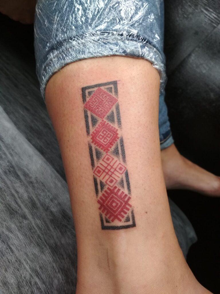 белорусский орнамент тату на ноге от мастера Юли - ТатуКлубБай г. Минск.