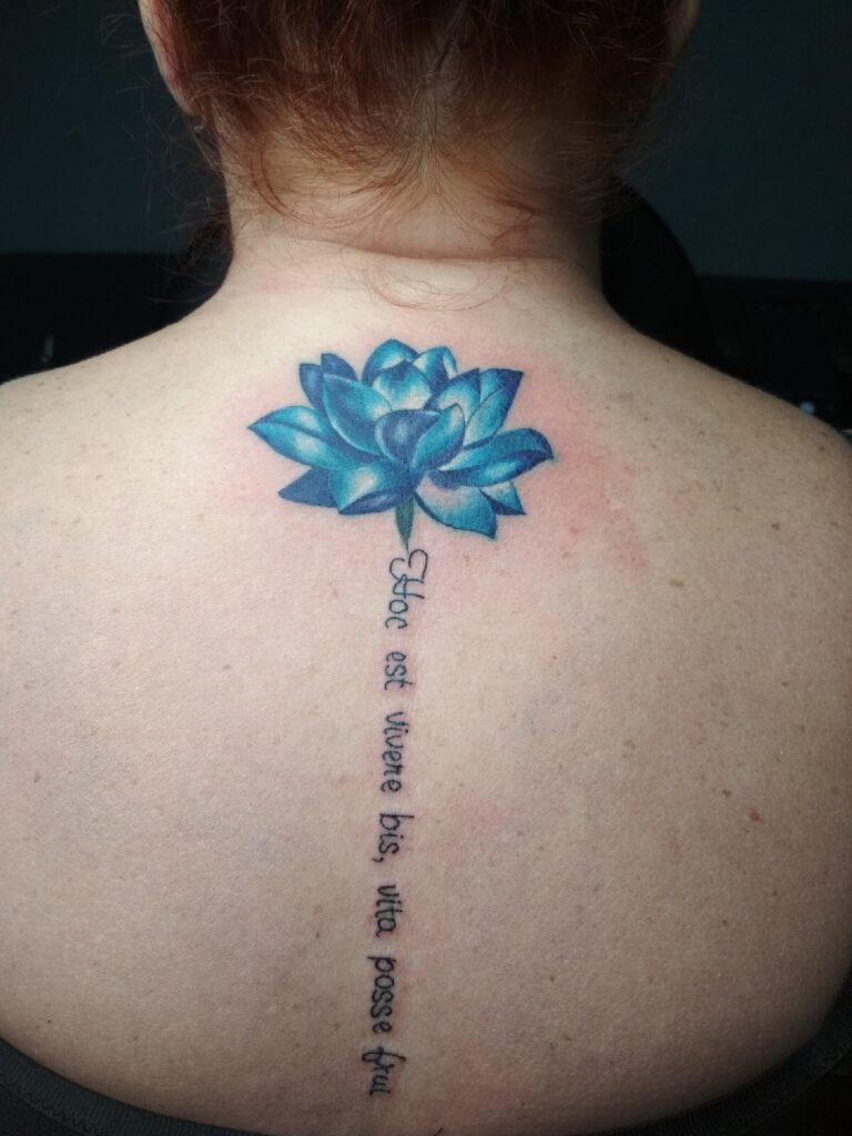 татуировка цветок и надпись от мастера Юли - ТатуКлубБай г. Минск.