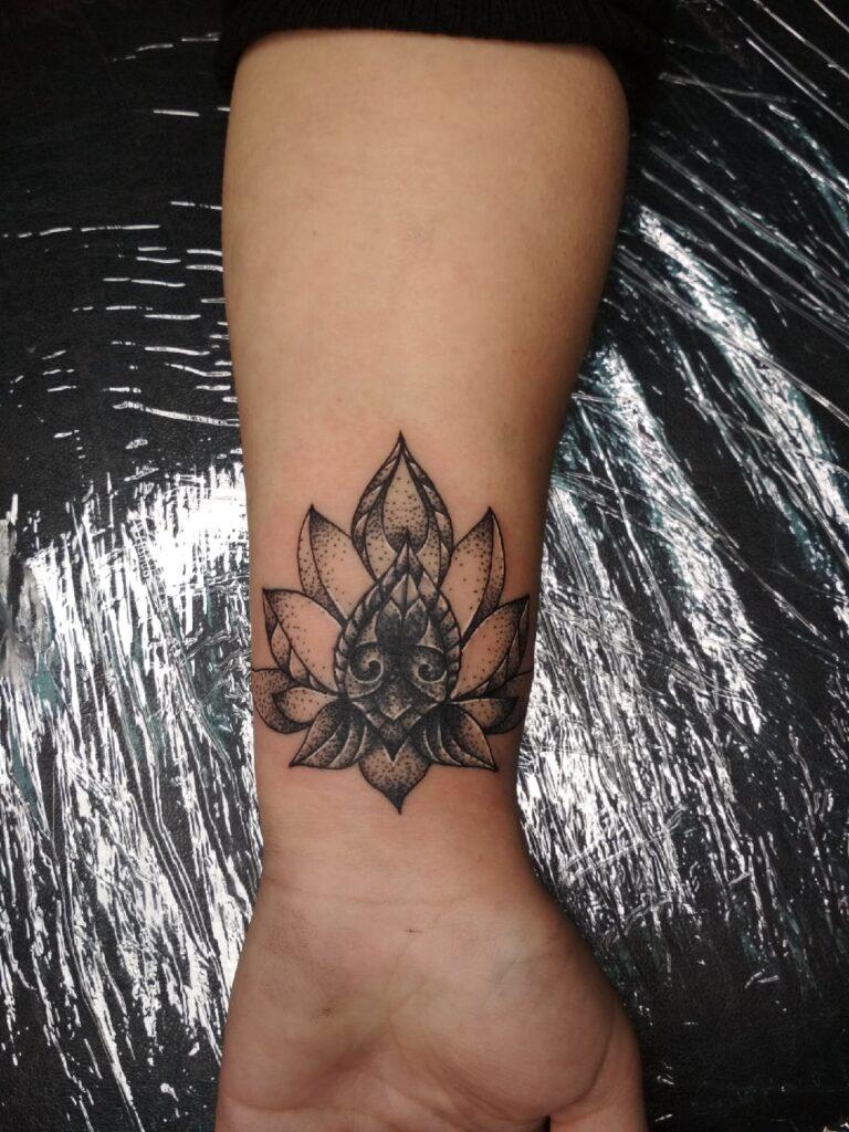 татуировка цветок на запястье от мастера Юли - ТатуКлубБай г. Минск.