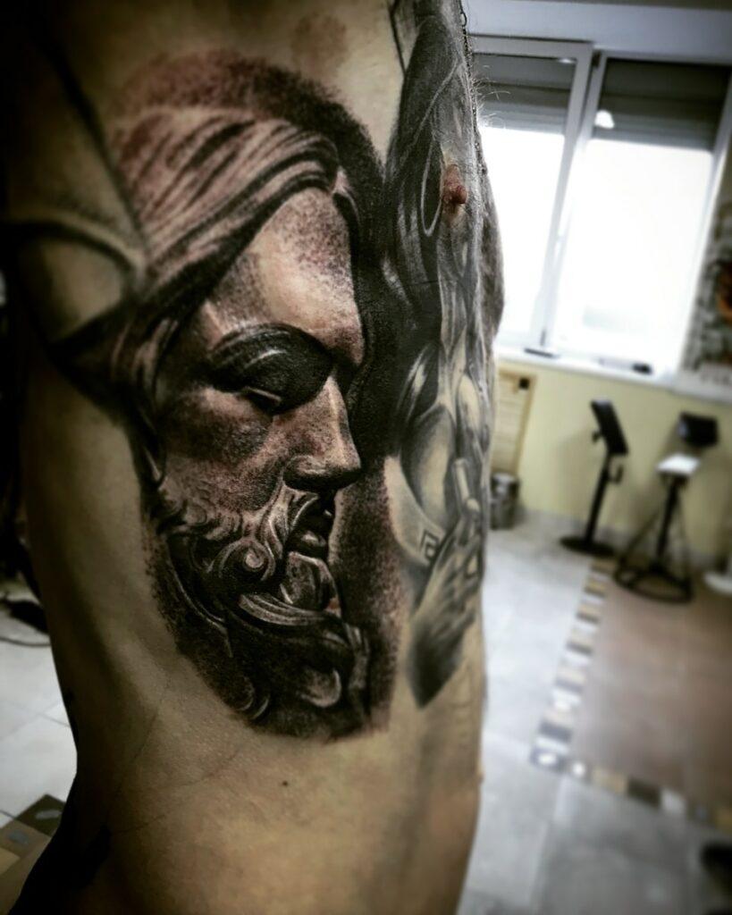 татуировка на рёбрах от мастера Александра - ТатуКлубБай г. Минск.